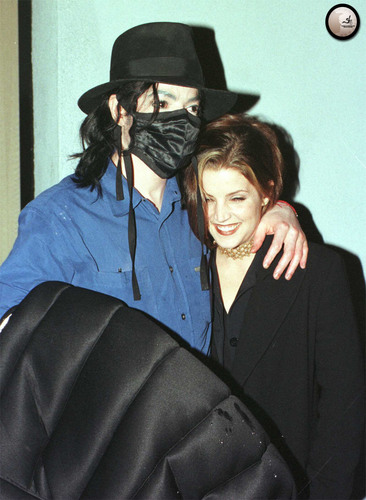 michael-and-ex-wife-lisa-marie-presley-share-an-intimate-moment-outside-of-the-ivy-restaurant-in-beverly-hills(116)-m-4.jpg