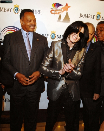 michael-attends-his-long-time-friend-jesse-jacksons-66th-birthday-party-in-la(347)-m-37.jpg